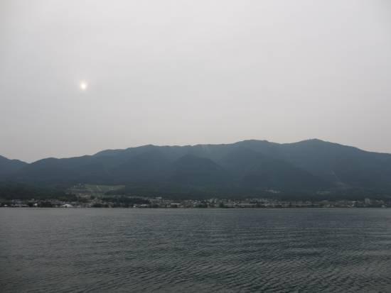 比良の山並みと陰る太陽