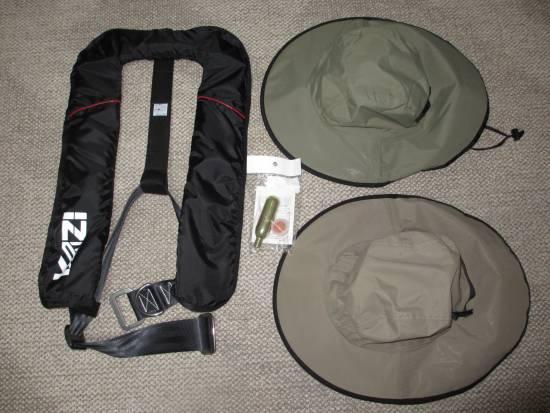 膨張式ライフジャケットと雨用(日除け用)帽子