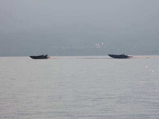 大型モーターボート疾走