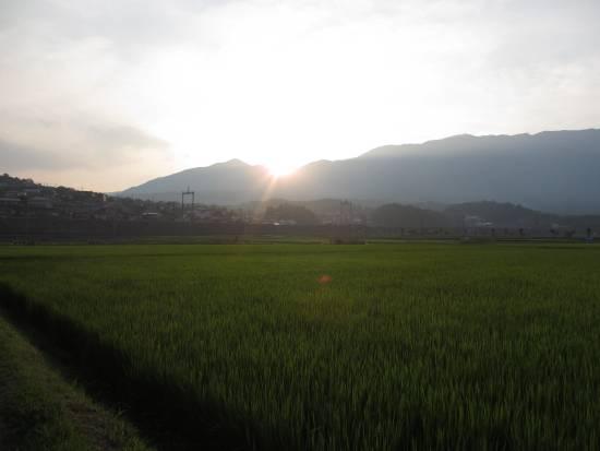 西の山の端に日が落ちる
