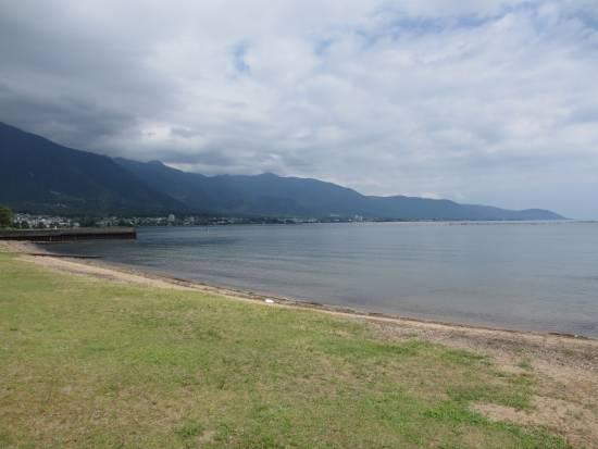 志賀ヨットクラブの浜から近江舞子方向を見る