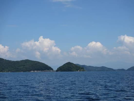 東の沖島方向の青空と雲