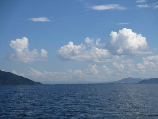 南東の長命寺方向の青空と雲