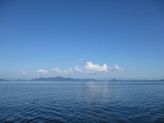 青空で東にわずかに雲