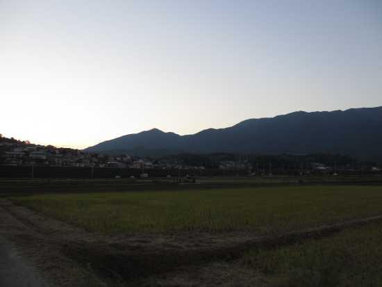 日没後の山の端