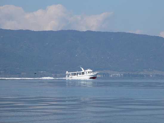 北側遠くを観光船が走る