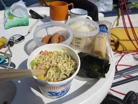 2014-10-10_1105_風がなくてすることがないので早めの昼食_IMG_8132_s.JPG