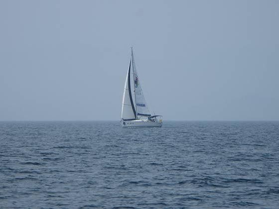 2015-06-13_1112_並走から追い越してゆくヨット_IMG_4288_s.JPG