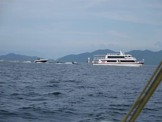 2015-09-05_1602_本線の船首波に乗って遊ぶマリンジェット_IMG_5366_s.JPG