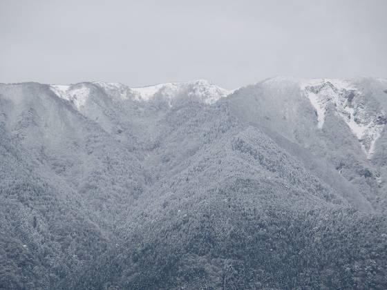 2015-152-18_1038_雪で白くなった比良の稜線のズーム_IMG_0191_s.JPG