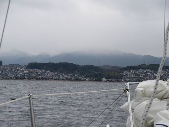 2015-152-18_1230_機走で帰港の途中、比叡の山並みに雨脚が見える_IMG_0225_s.JPG