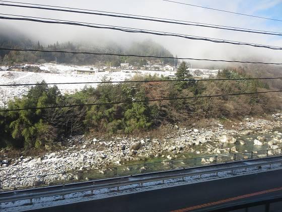 2017-01-09_1001_木曽福島が近くなってやっと見えた車窓の雪_IMG_7206_s.JPG