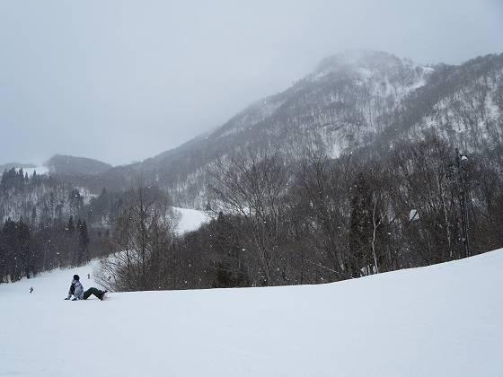 2017-02-26_1401_鐘の鳴る丘第2ゲレンデから丸山の向こうに馬の背・雲が下がり雪が降ってきました_IMG_8288_s.JPG