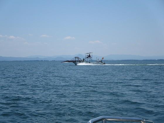 2017-06-15_1142_鮎漁の漁船が高速で追い抜いてゆく_IMG_0836_s.JPG