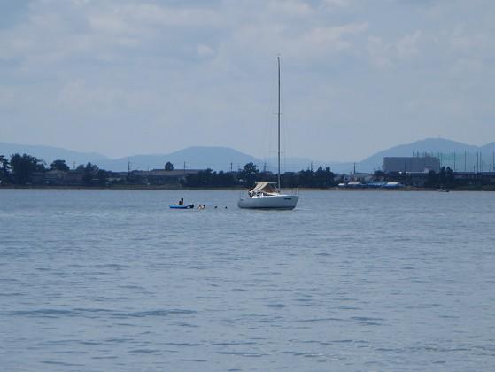 2017-08-19_1050_出港直後の湖岸、子供連れで水遊び_IMG_1470_ts.JPG