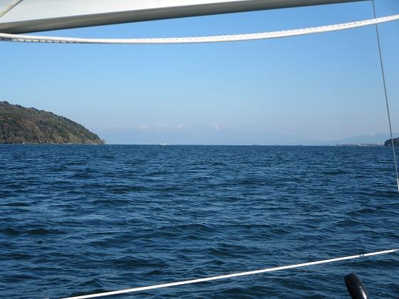 2017-12-07_1141_沖島水道の北に白くなった伊吹山_IMG_3319_s.JPG