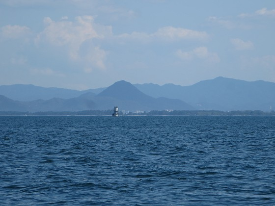 2018-06-02_1453_南に志賀沖観測塔と近江富士が重なる_IMG_1051_s.JPG