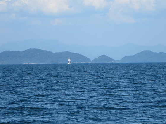 2018-06-02_1515_左舷東側に志賀沖観測塔と沖島が重なる_IMG_1055_s.JPG