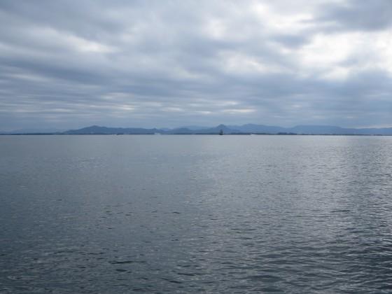 2018-10-13_1207_南に志賀沖観測塔と近江富士が重なる_IMG_2058_s.JPG