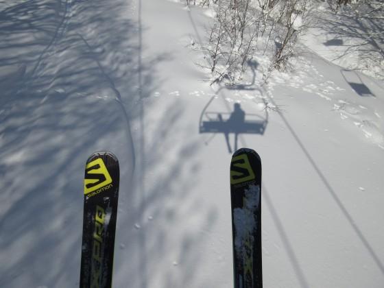 2019-01-27_0925_ハンの木第3クワッドリフトから見た自分の影とスキー先端_IMG_6815_s.JPG