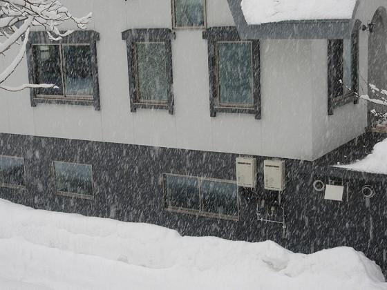 2019-01-28_1531_雪降が激しくなった宿の窓の外_IMG_6864_s.JPG