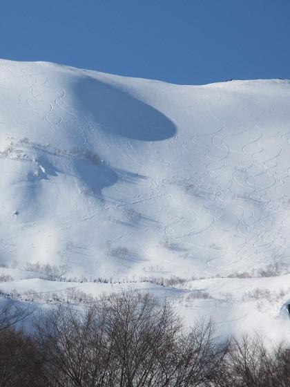 2019-02-18_1440_ハンの木高速ペアリフトから見た白馬乗鞍の斜面とシュプール_IMG_7266_ts.JPG