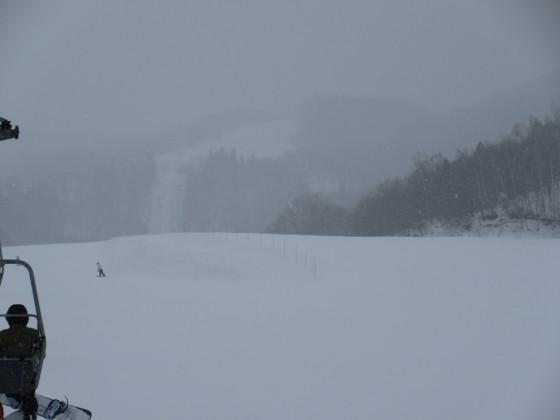 2019-02-19_0938_鐘の鳴る丘第2ゲレンデから見上げたハンの木コース・雪で視界がますます悪くなる_IMG_7306_s.JPG
