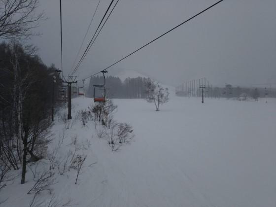 2019-02-23_0816_からまつ高速ペアリフトから見たゲレンデの雪降_DSC_0138_s.JPG