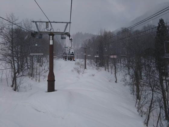 2019-02-23_0839_この日2本目のハンの木第3クワッドリフトから見たゲレンデの雪降_DSC_0140_s.JPG