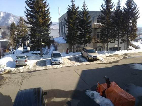 2019-02-25_1445_ラウンジから見た雪解けが進んだ駐車場_DSC_0170_s.JPG