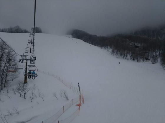 2019-02-26_1240_ハンの木コース第3クワッドリフトから見た中間部急斜面・その上は白いミルクの濃霧_DSC_0198_s.JPG