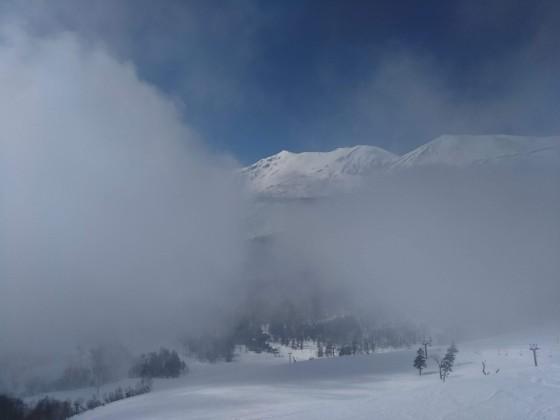 2019-02-26_1307_栂の森ゲレンデ最上部から見た霧の切れ目に覗く小蓮華岳と白馬乗鞍岳_DSC_0212_s.JPG