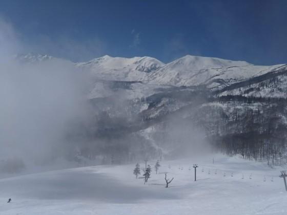 2019-02-26_1330_栂の森ゲレンデ最上部から見た霧の切れ目に覗く小蓮華岳と白馬乗鞍岳とゲレンデ_DSC_0219_s.JPG