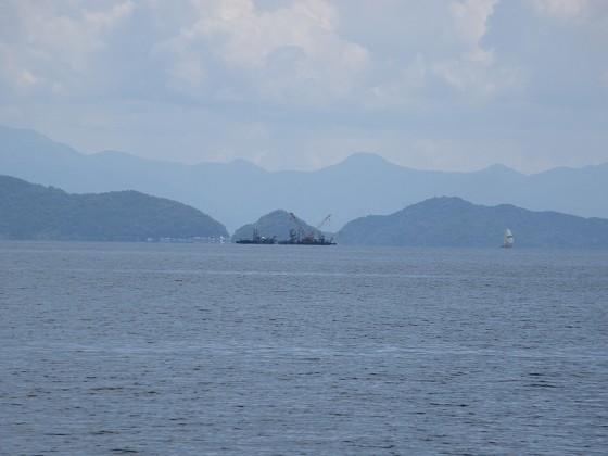 2019-06-12_1056_志賀沖観測塔の回りに撤去作業中の作業船が見える_IMG_8991_s.JPG