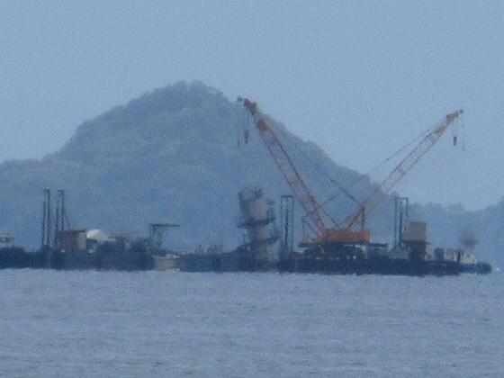 2019-06-12_1056_志賀沖観測塔の回りに撤去作業中の作業船が見える_IMG_8991_t.JPG