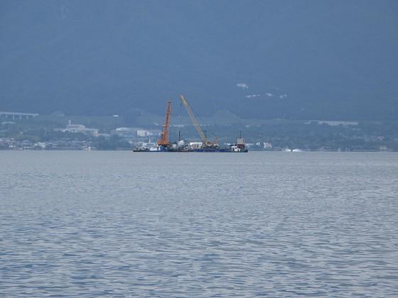 2019-06-12_1154_志賀沖観測塔の回りに撤去作業中の作業船が見える_IMG_8993_s.JPG