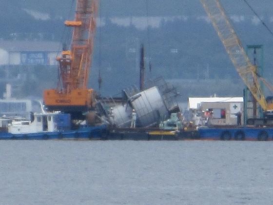 2019-06-12_1154_志賀沖観測塔の回りに撤去作業中の作業船が見える_IMG_8993_t.JPG