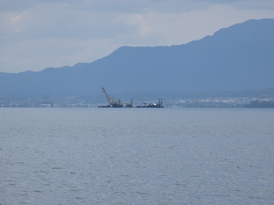 2019-06-12_1404_志賀沖観測塔の回りに撤去作業中の作業船が見える_IMG_9007_s.JPG