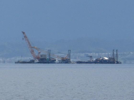 2019-06-12_1404_志賀沖観測塔の回りに撤去作業中の作業船が見える_IMG_9007_ts.JPG