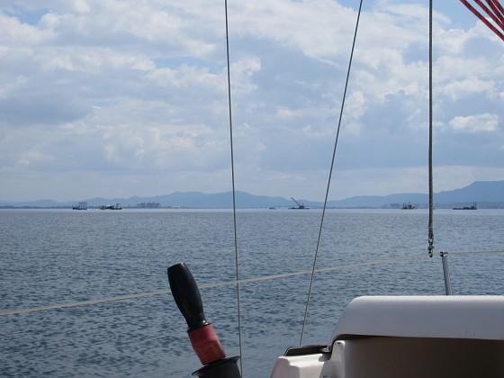 2019-06-12_1430_志賀沖観測塔の回りの作業船が撤収を始めた_IMG_9021_s.JPG