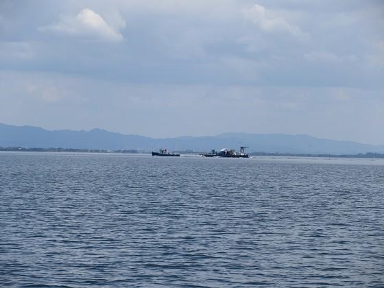 2019-06-12_1431_東へ向かう曳船と船台_IMG_9022_s.JPG