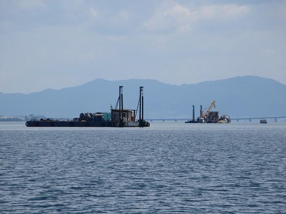 2019-06-12_1438_南へ向かう曳船と船台(よく見ると観測塔を横抱き)_IMG_9026_s.JPG