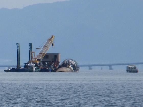 2019-06-12_1438_南へ向かう曳船と船台(よく見ると観測塔を横抱き)_IMG_9026_ts.JPG