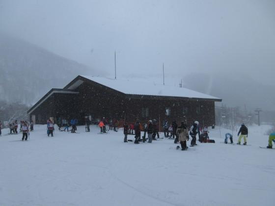 2020-01-30_0953_ゴンドラ栂の森駅の屋根が雪で白い_IMG_2101_s.JPG