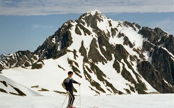 剱岳をバックに剱沢へ滑り出す前の「私」