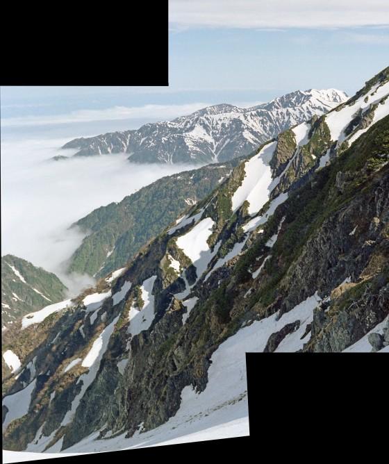 前剱からの落ちる岩稜の向こうに毛勝三山の姿が見えた