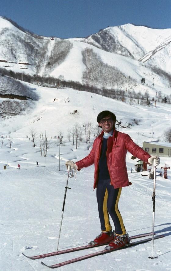鐘の鳴る丘ゲレンデ最上部での私、後ろに白樺ゲレンデ下部、その向こうにチャンピオンゲレンデ
