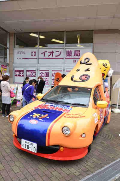 キャンペーンカー「亀田の柿の種号」をななめからみた画像