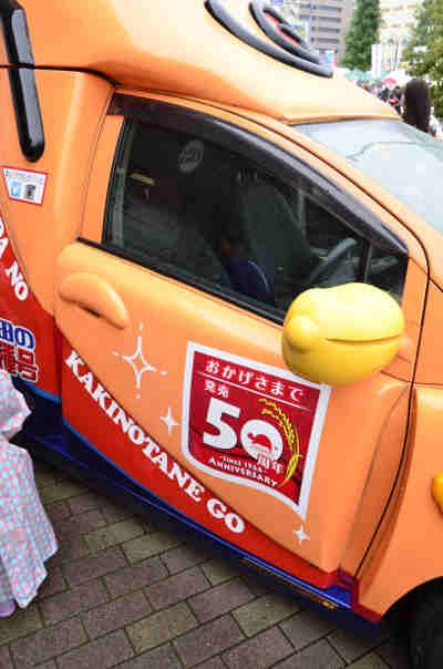 キャンペーンカー「亀田の柿の種号」の運転席のドアの画像