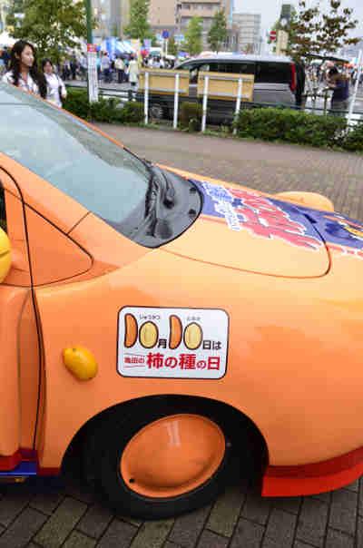 キャンペーンカー「亀田の柿の種号」の右前方の画像